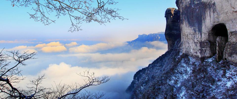 金佛山,森林滑雪之旅金佛山入选世界自然遗产名录,位于重庆南部南川区境内,以其特别的自然风貌,品种繁多的珍稀动植物,雄险怪奇的岩体造型,神秘而幽深的洞宫地府,变幻莫测的气象景观和文物古迹而荣列国家风景名胜区和国家森林公园。
